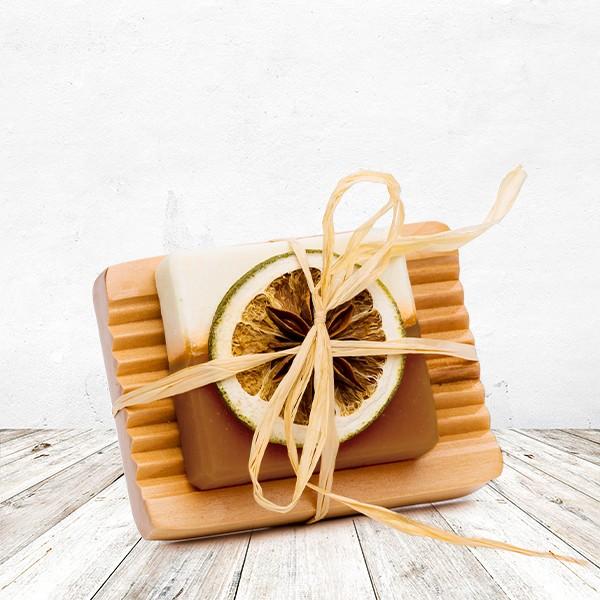 Zimt-Vanille-Orangen Seife auf Holzschale