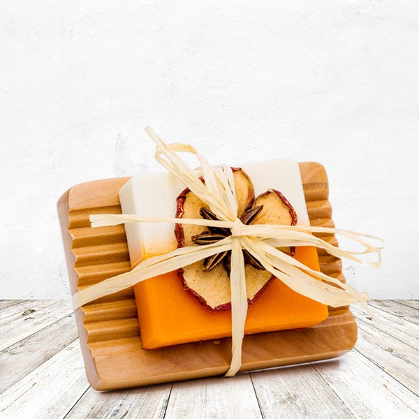 Apfel-Zimt-Orangen Seife auf Holzschale